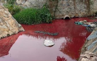 Kinh hãi con suối nhuốm màu đỏ tươi ở Bình Dương