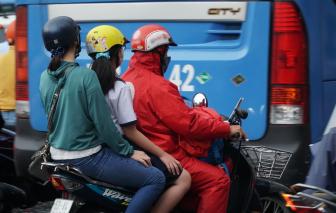 Người Sài Gòn tất bật trước cơn mưa vào sáng sớm