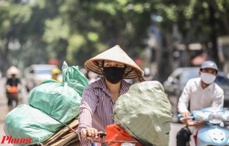 Người lao động nhọc nhằn mưu sinh khi Hà Nội ở mức nhiệt 40 độ C