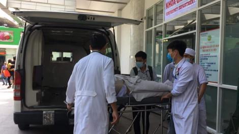 Vụ cổ thụ ngã đổ trong sân trường: Một bé đã tử vong, một số em bị gãy xương