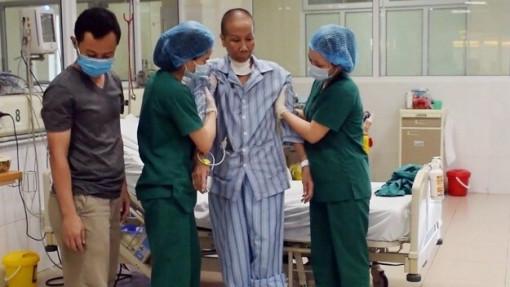 """Gần 3 tháng điều trị COVID-19, bác gái bệnh nhân thứ 17 trở về từ """"cõi chết"""""""