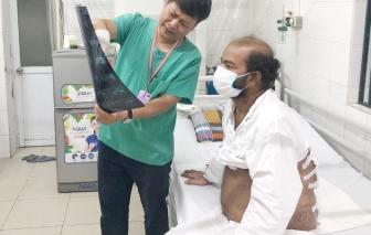Chở hàng cập cảng Việt Nam, người đàn ông Sri Lanka nhập viện vì mắc bệnh hậu bối