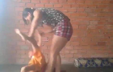 Người phụ nữ bóp cổ, đánh đập dã man bé trai ở Bình Dương