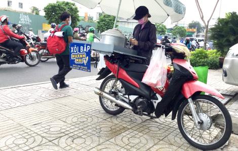 Người bán hàng rong chán ví điện tử