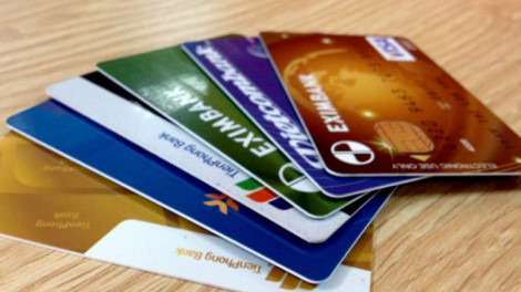 Tùy tiện mở thẻ ngân hàng, nhiều người mang nợ mà không hay