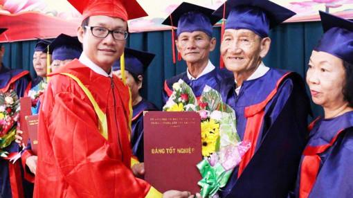 Học sinh U70, 80 nhận bằng y sĩ