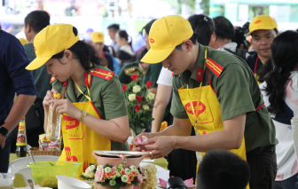 """100 bếp ăn gia đình """"đỏ lửa"""" trên đường đi bộ Nguyễn Huệ"""
