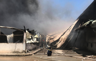 Công ty gỗ ở Bình Dương đang chìm trong biển lửa, nhà xưởng bị đổ sập