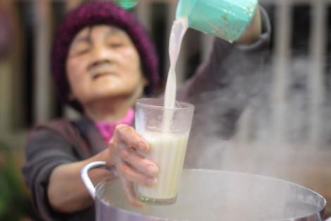 Xe sữa đậu nành hơn 30 năm tuổi của cụ bà ở Đà Lạt