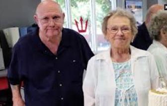 Cặp vợ chồng già nhiễm COVID-19 tay trong tay cho đến lúc qua đời