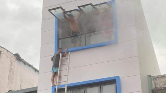 Cháy nhà ở khu phố Tây, giải cứu 5 người lớn và 2 em bé khỏi biển lửa