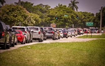 Dòng xe xin cứu trợ dài hơn 3km khi gần 50% dân số trưởng thành tại Mỹ thất nghiệp