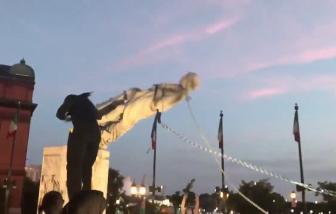 Người biểu tình kéo đổ tượng Columbus ở Baltimore trong Ngày Độc lập