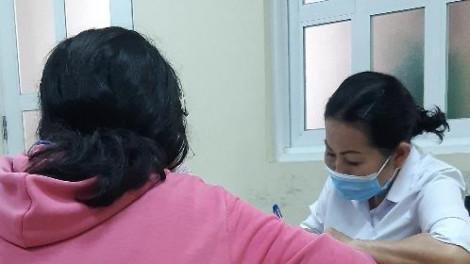 Bé chóng mặt, mẹ đưa đi khám phát hiện thai 7 tuần