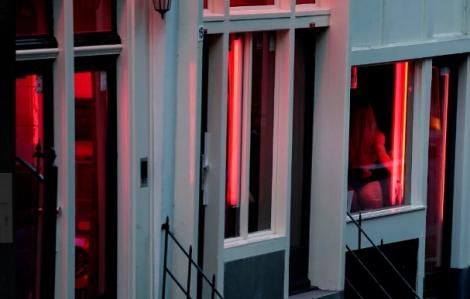 Phố đèn đỏ Hà Lan tưng bừng đón khách nhưng cấm hôn