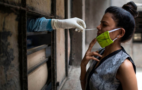 Người nhiễm COVID-19 trên thế giới tăng dữ dội, WHO ngừng thử nghiệm điều trị bằng thuốc sốt rét và HIV