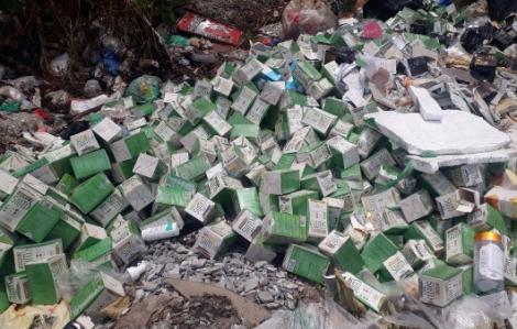 Hàng trăm hộp thực phẩm chức năng bị bỏ trên Đại lộ Thăng Long