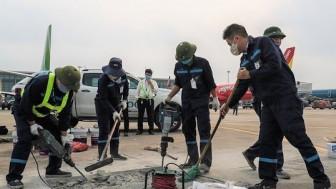 Đường băng sân bay Tân Sơn Nhất, Nội Bài sửa chữa, hành khách liên tục lỡ chuyến bay