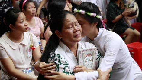 Học trò TPHCM rưng rưng ôm mẹ cha, giáo viên trong lễ tri ân trưởng thành