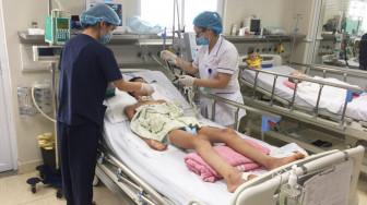 Nắng nóng, trẻ mắc viêm não, tay chân miệng ồ ạt nhập viện