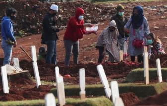 Tập tục an táng ở Indonesia gây nguy hiểm cho việc phòng dịch COVID-19