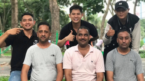 Khách Tây thích thú vì được cắt tóc miễn phí ở Sài Gòn