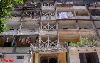 """Cận cảnh căn nhà tập thể phải """"chống nạng"""" giữa thủ đô Hà Nội"""