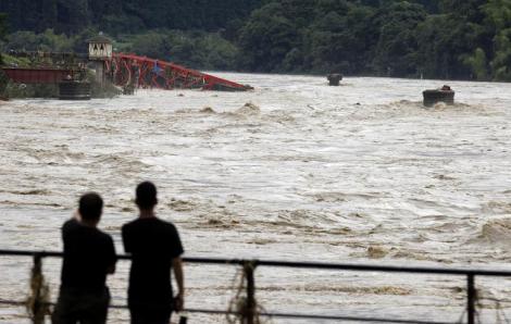 Nhật Bản tan hoang trong mưa lũ
