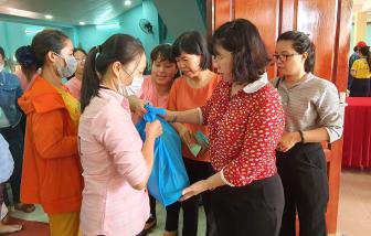 Ngày hội Nữ công nhân: Tặng 500 phần quà và phiếu mua hàng cho nữ công nhân có hoàn cảnh khó khăn