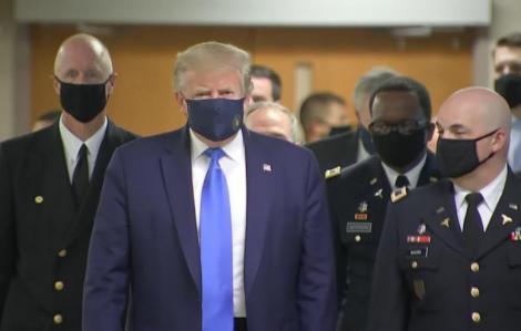 Tổng thống Trump lần đầu tiên đeo khẩu trang xuất hiện trước công chúng