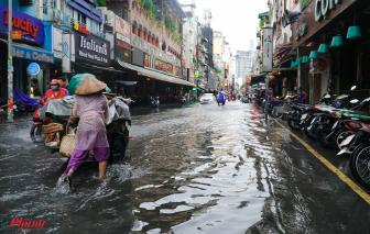 """TPHCM mưa xối xả, trung tâm quận 1 thành """"sông"""""""