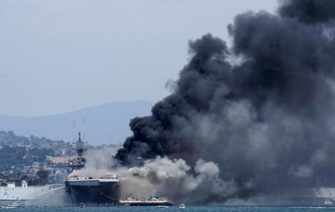 Tàu chiến Mỹ bốc cháy: Ít nhất 18 người bị thương