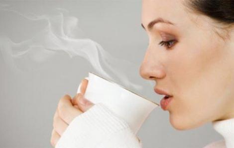 Uống nước ấm mỗi ngày sẽ giúp bạn giảm cân