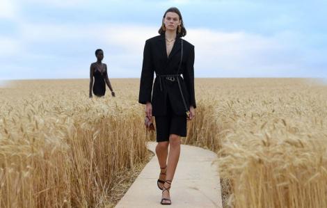 'Lời tình yêu' thơ mộng của Jacquemus trên cánh đồng lúa mì