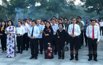 Đoàn lãnh đạo TPHCM thắp nến tri ân, tưởng niệm các anh hùng liệt sĩ tại Nghĩa trang Hàng Dương - Côn Đảo