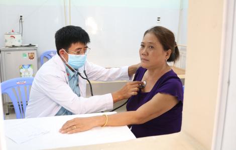 Bác sĩ quân y khám bệnh, cấp thuốc cho dân