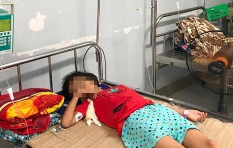 Bé gái nguy kịch vì mua nước suối trước cổng trường nhưng bị đưa nhầm axit