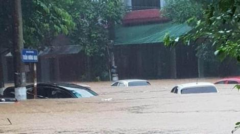 Mưa 1 đêm, xe trôi bềnh bồng trên đường phố Hà Giang