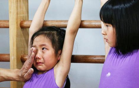 Vận động viên nhí Trung Quốc phải đổ máu và nước mắt cho những kỳ vọng của bố mẹ