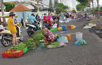 Bất chấp nguy hiểm, người dân thản nhiên bán hàng rong giữa đường