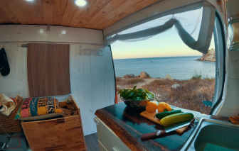 """Bếp ăn đổi view mỗi ngày trên """"ngôi nhà di động"""" của gia đình mê phượt"""