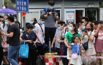 Hàng ngàn người tập trung trước Lãnh sự quán Mỹ ở Trung Quốc trước giờ đóng cửa
