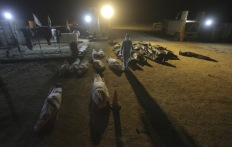Những lễ tang lặng lẽ của nạn nhân COVID-19 trên hoang mạc Iraq