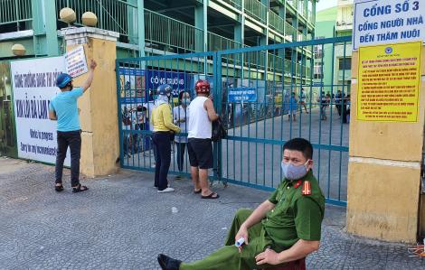 Người dân tiếp tế cho thân nhân trong Bệnh viện Đà Nẵng