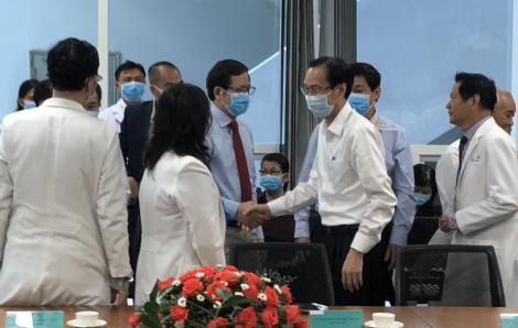 """Phó chủ tịch TPHCM Lê Thanh Liêm khen thưởng ê-kíp phẫu thuật """"song Nhi"""""""