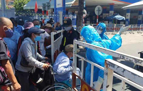 Bệnh nhân chạy thận chen chúc chờ vào điều trị tại Bệnh viện Đà Nẵng