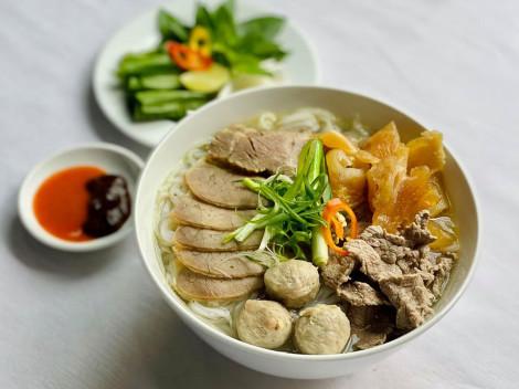 Quán phở hơn 70 năm vẫn nấu bằng củi ở Sài Gòn