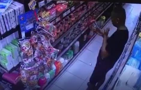 Đóng cửa siêu thị, bắt người đàn ông bôi nước bọt vào hàng hóa