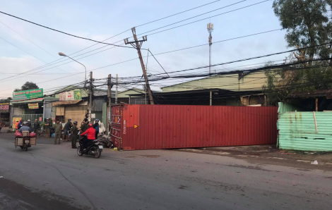 Xe container mất lái lao qua đường, rơi thùng xe đè chết 1 người