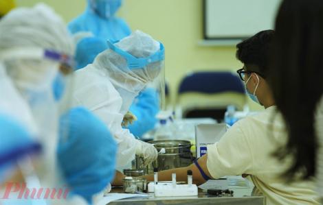 Hơn 20.000 người Hà Nội bắt đầu được xét nghiệm nhanh COVID-19
